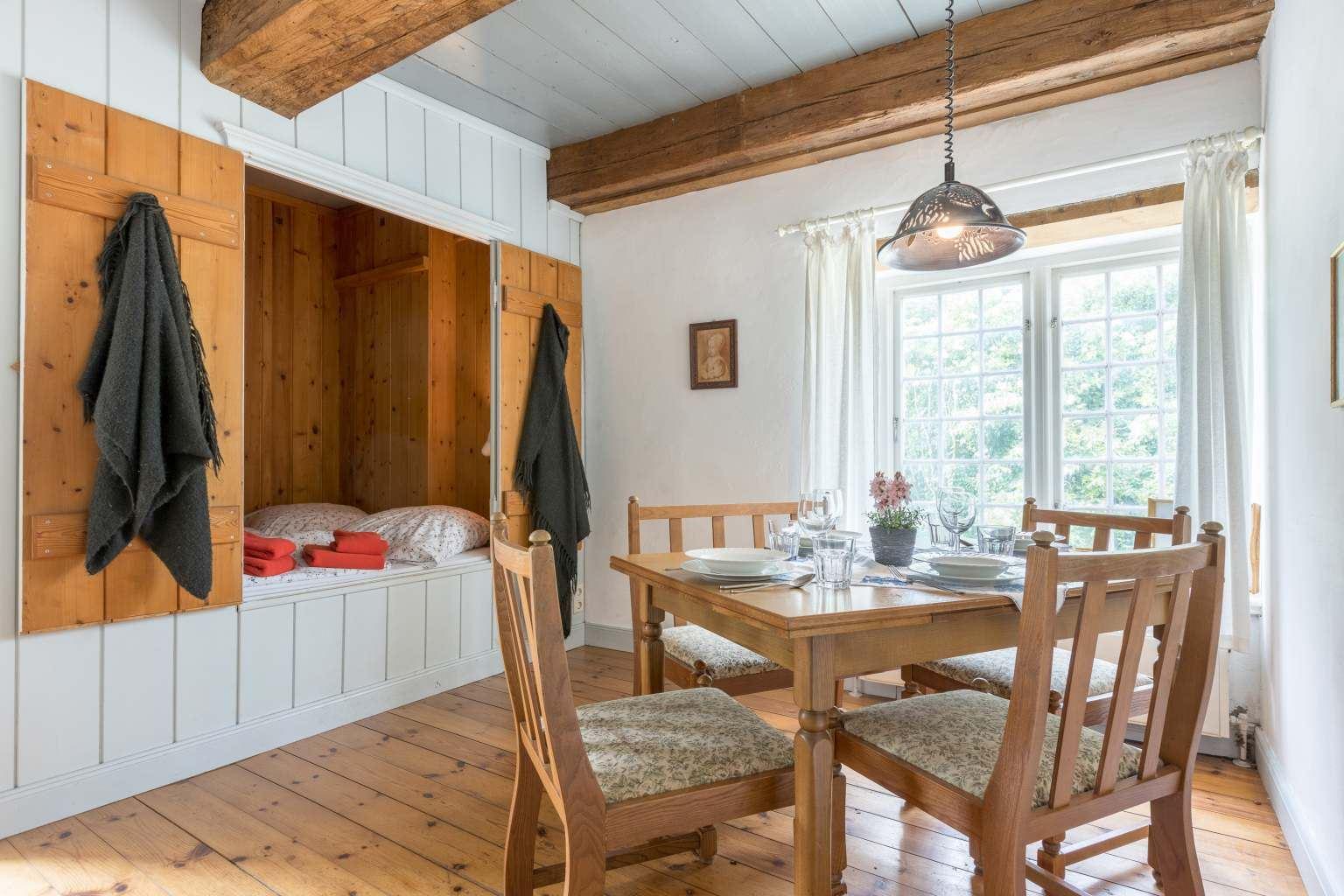 Schlafzimmer mit Alkoven und Essbereich