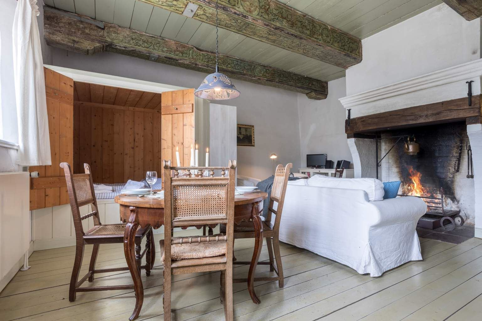 Wohnzimmer mit Alkoven und Kamin