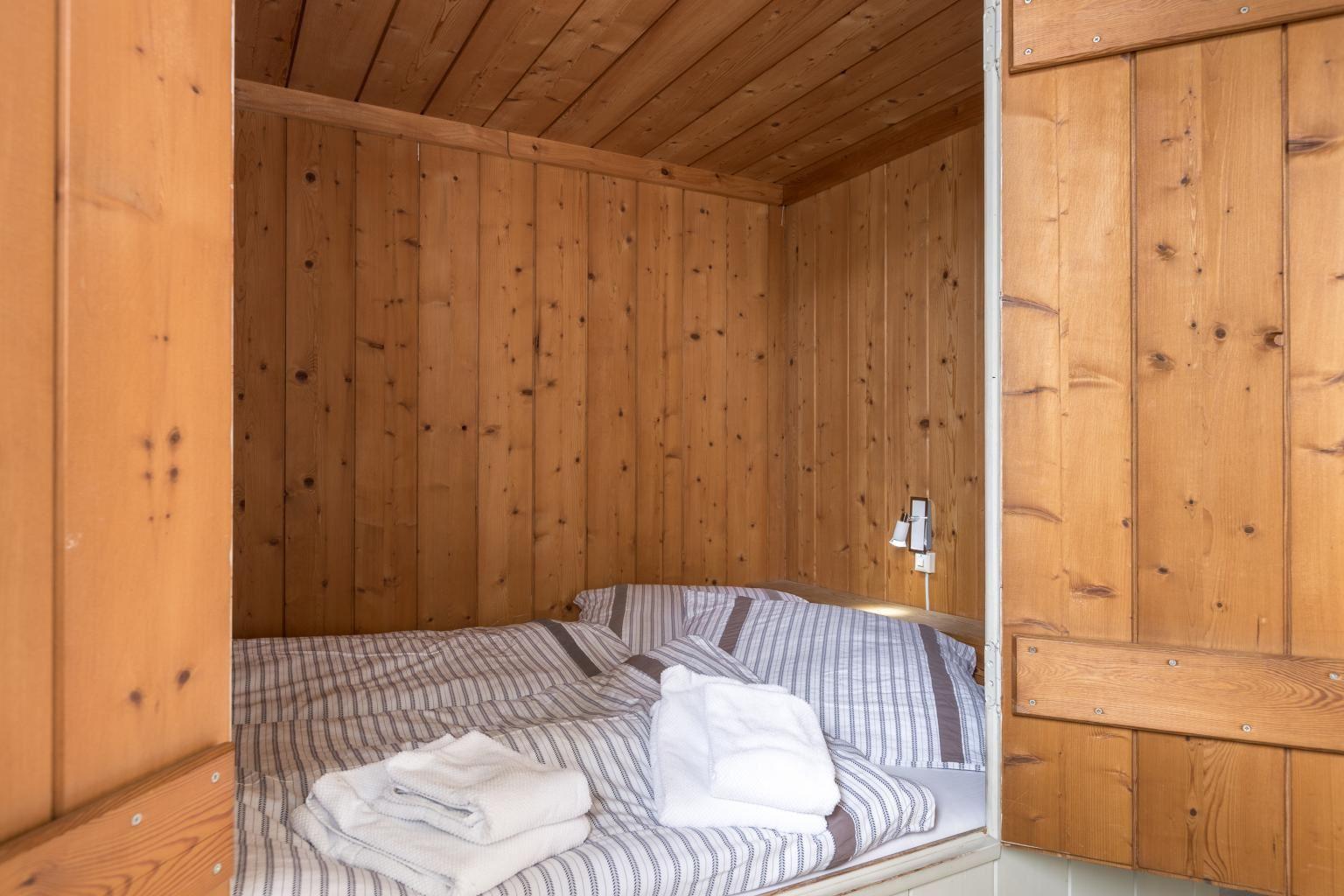 Alkoven-Doppelbett im Wohnzimmer