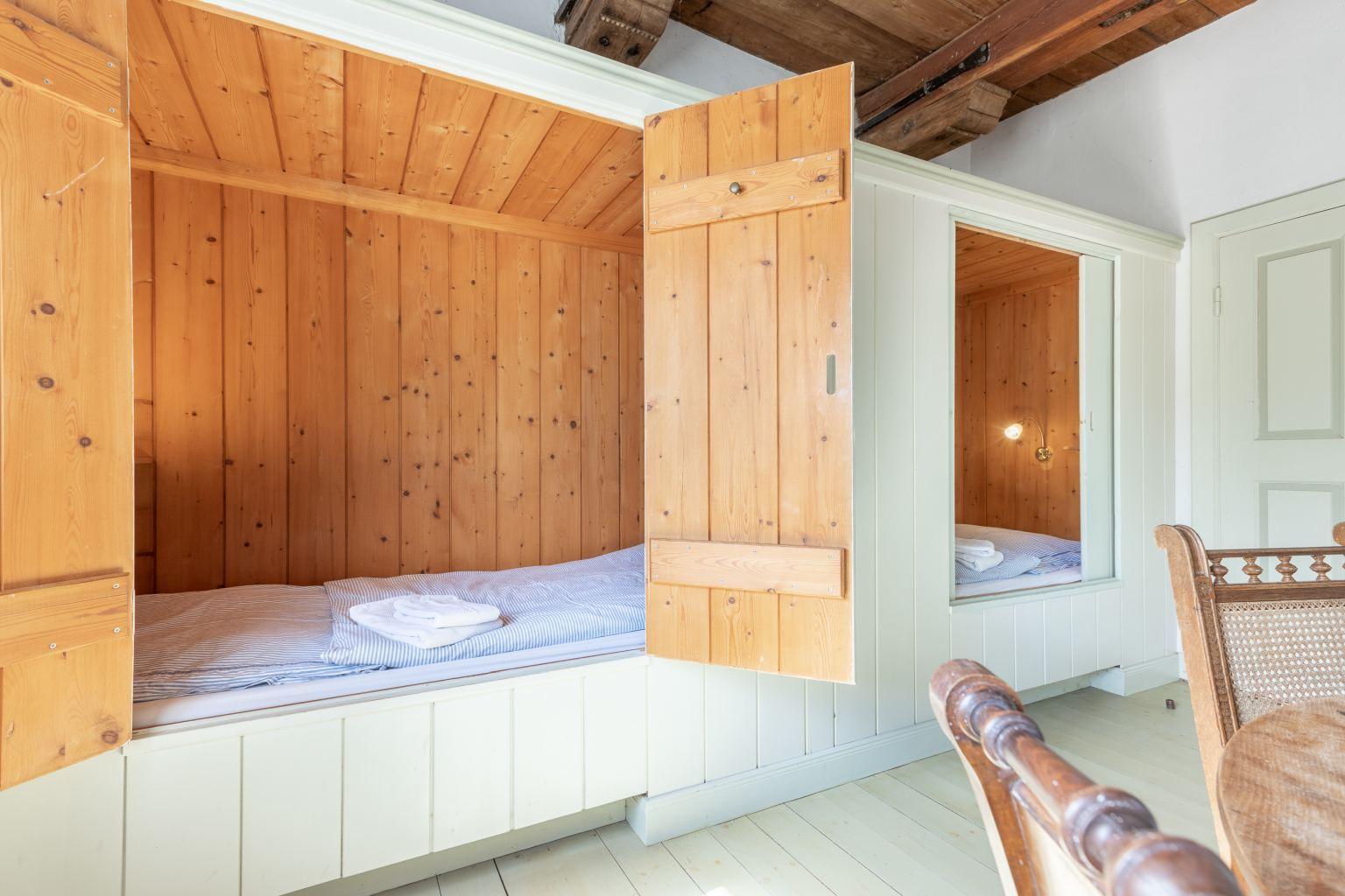 Zwei Alkoven-Einzelbetten im Wohn- und Schlafzimmer