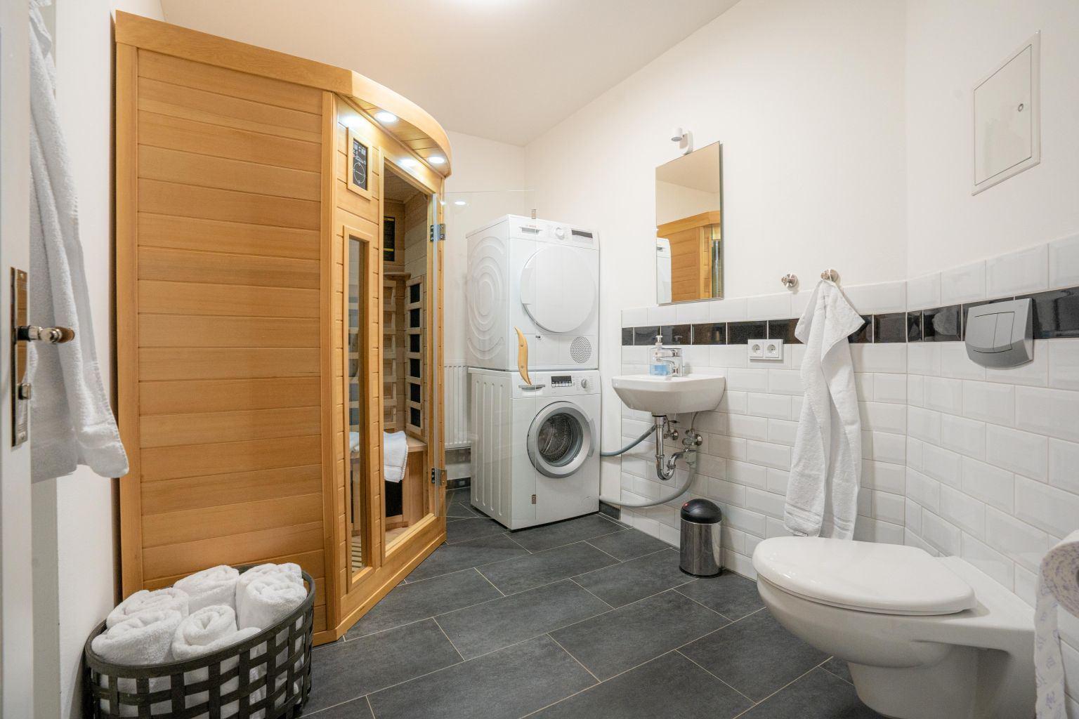 Abstell- und Waschraum mit Sauna