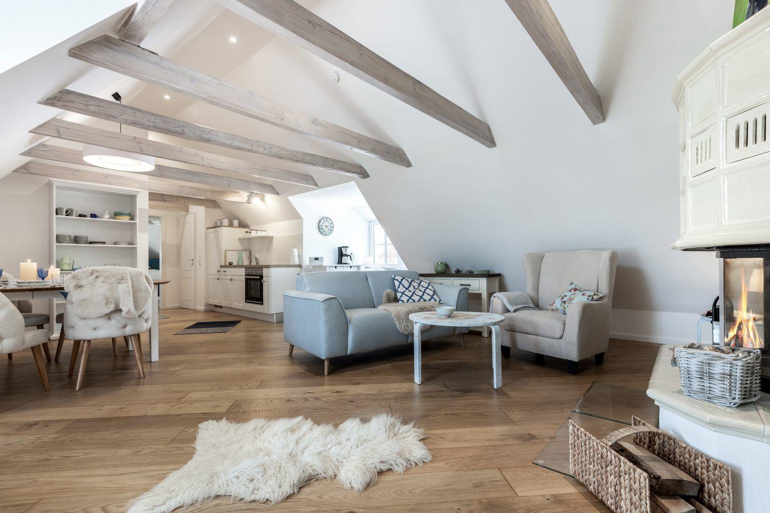 Wohnzimmer mit gekacheltem Ofen