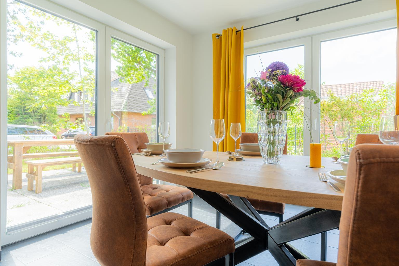 Wohnzimmer mit Essbereich und Terrasse