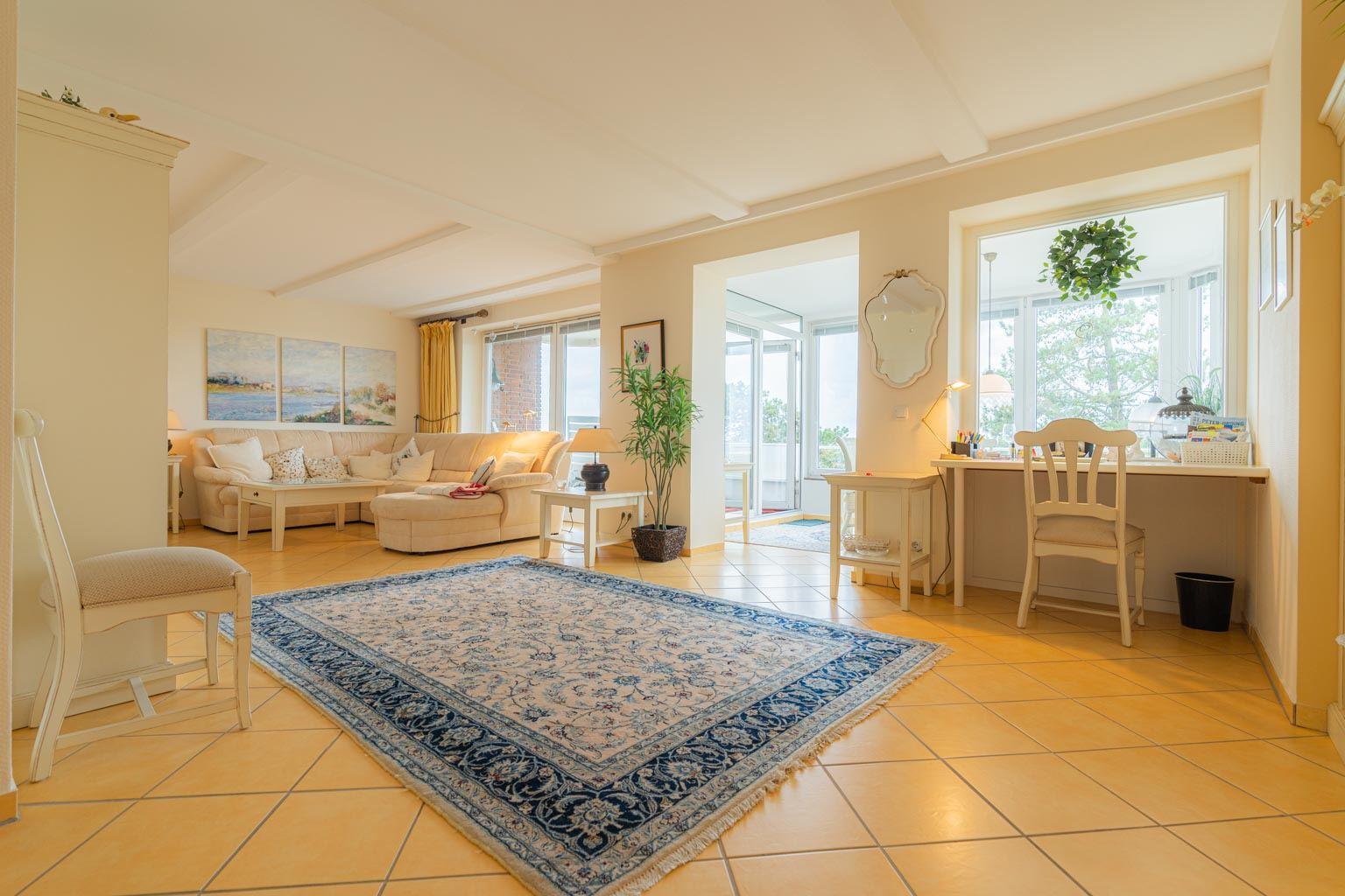 Wohnzimmer mit Wintergarten-Balkon