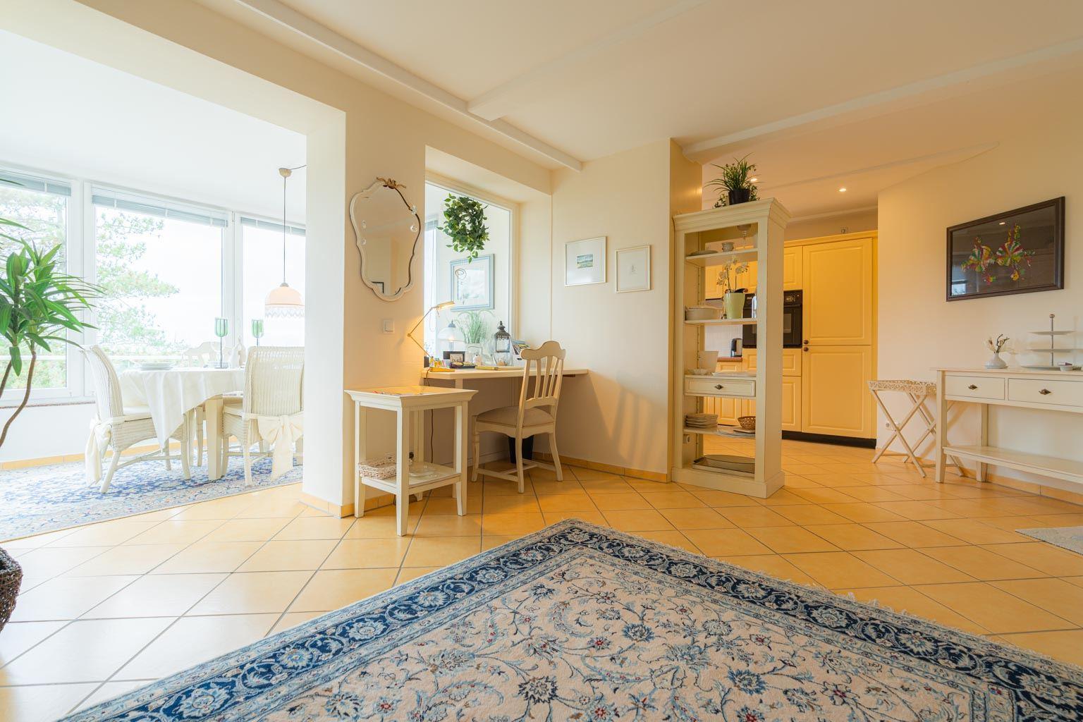 Wohnzimmer mit Schreibtisch-Ecke